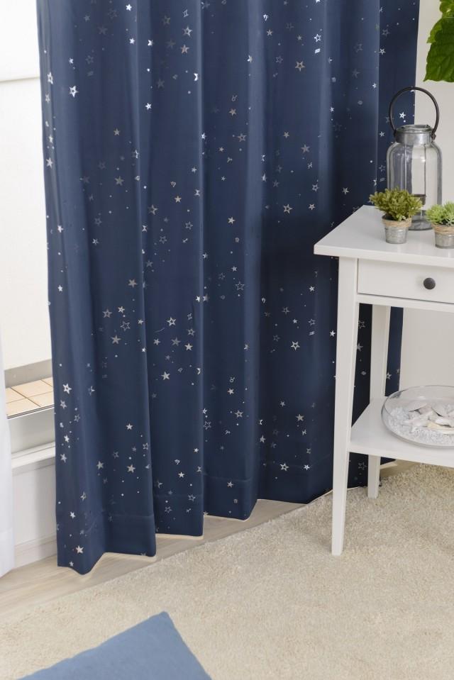 星々や星座モチーフを散りばめたデザインが魅力的な遮光ドレープカーテン