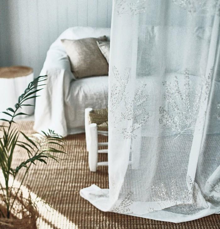白糸とゴールド糸の刺繍でアイバソウの柄を表現したボイル刺繍レースカーテン オルゴー