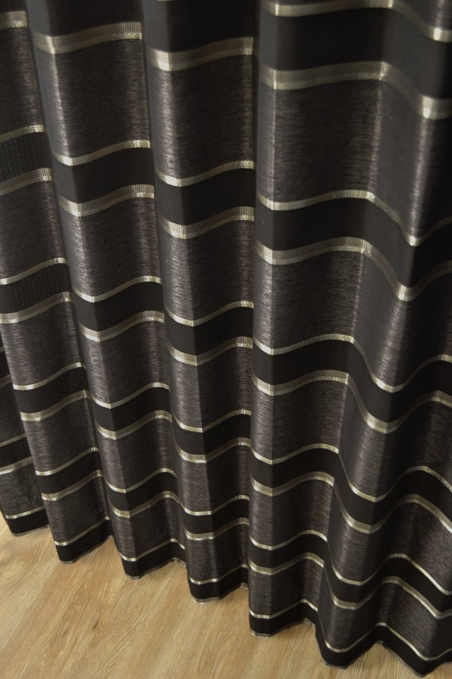 大人っぽい色合いの黒系カーテン
