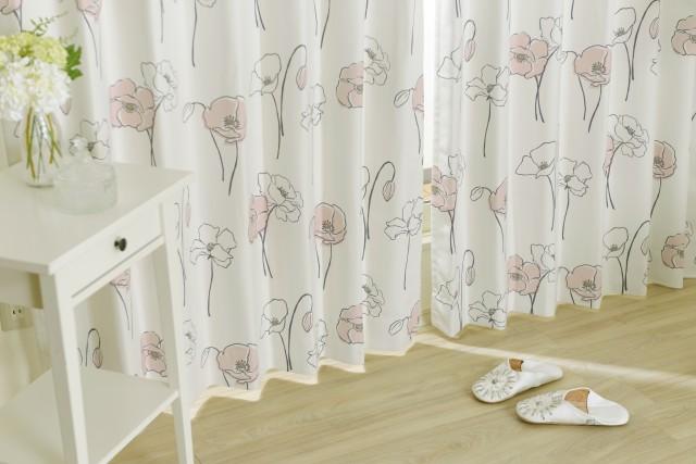 フェミニンな印象を与えるデザインの大人の女性のためのカーテン