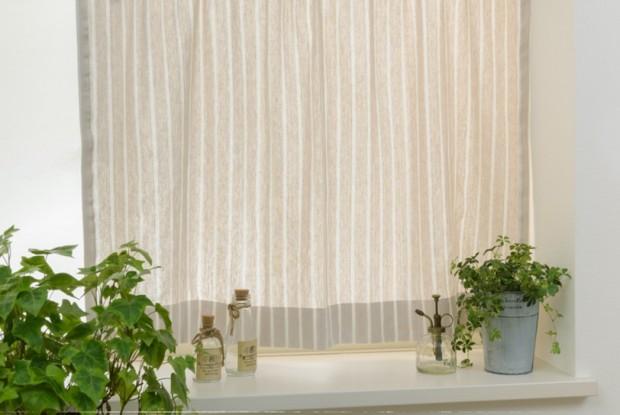 すりガラスに小窓カーテン