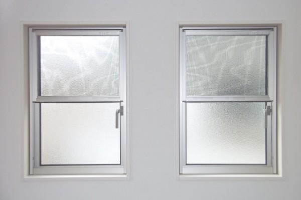 廊下のすりガラスイメージ