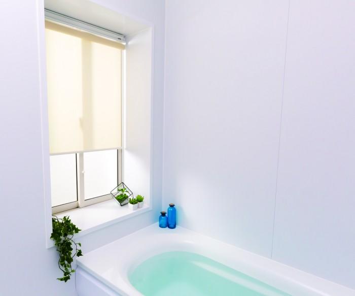 防カビ、撥水加工で水周りも使える浴室ロールスクリーン