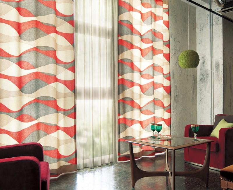 ベースカラーのグレー、メインカラーのレッド、アクセントカラーのイエローグリーンでお部屋をまとめたカーテンのコーディネート例