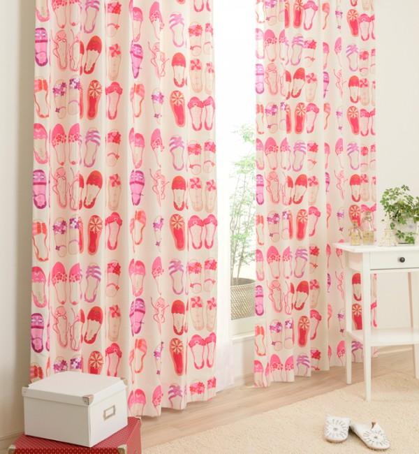 ピンクのバレーシューズ柄のカーテン