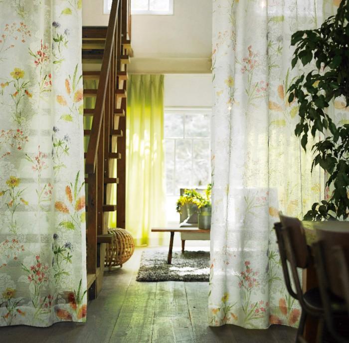 2種の花のデザインを重ねたボタニカル柄プリントのボイルレースカーテン ガルデン