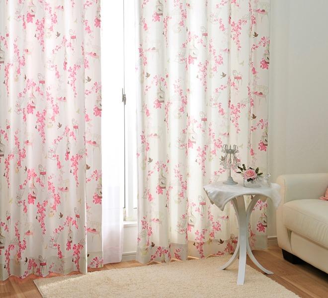ロマンチックでクラシカルな雰囲気のカーテン