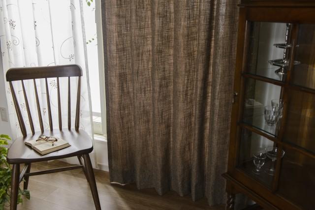 深いブラウンで織り上げたカーテン