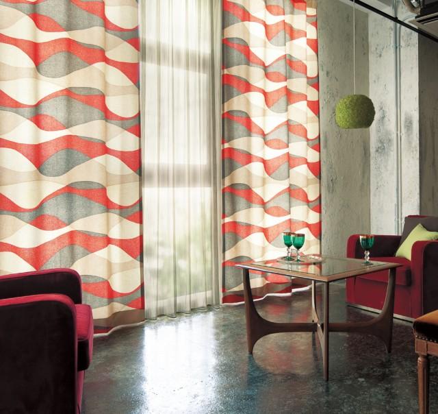 躍動感のある幾何柄が目をひくリビングカーテン