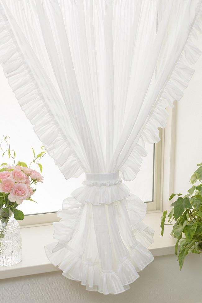 カーテンの華やかさが際立つ小窓カーテン