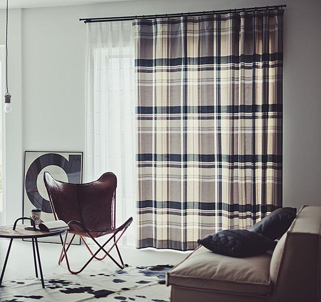 黒とチャコールグレーのチェック柄カーテン