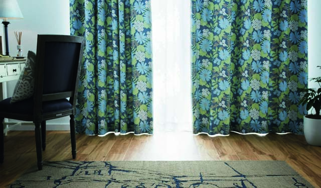 咲き乱れるお花がお部屋を華やかにする青色系カーテン